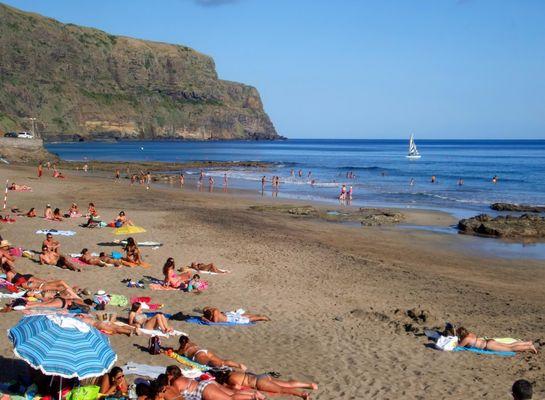 Azoren Strand mit 200 m Hoch Felsen als Rahm