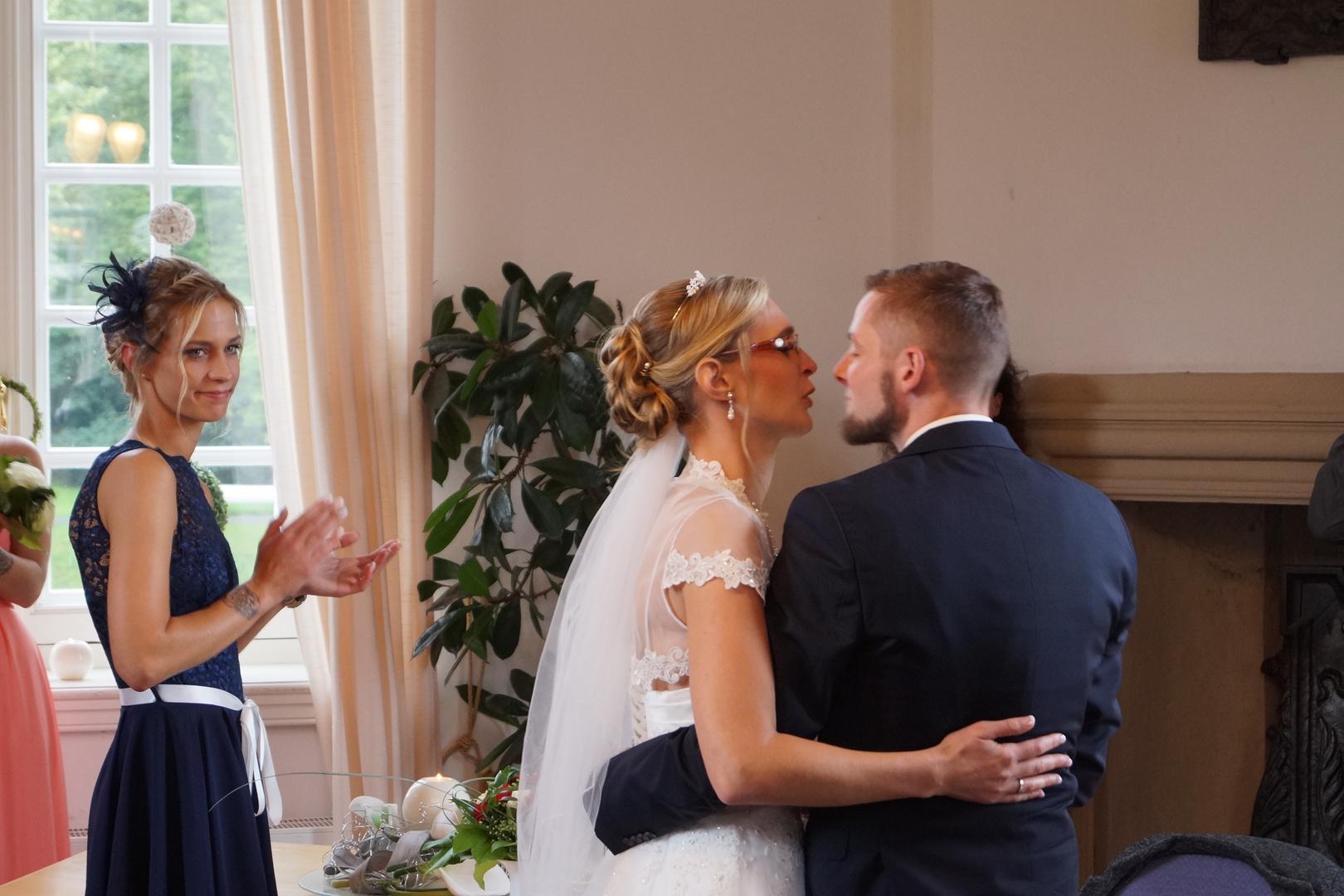 B & A Hochzeit SIe dürfen die Braut jetzt küssen