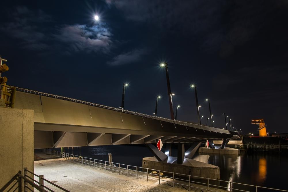 Baakenhafenbrücke bei Nacht