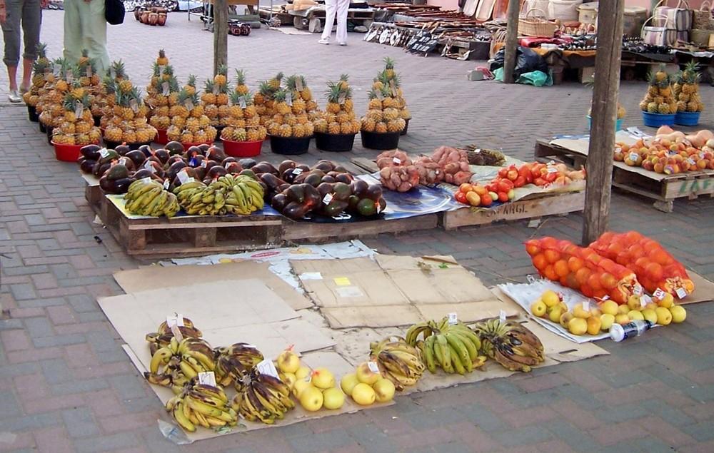 Baby - Ananas auf dem Markt