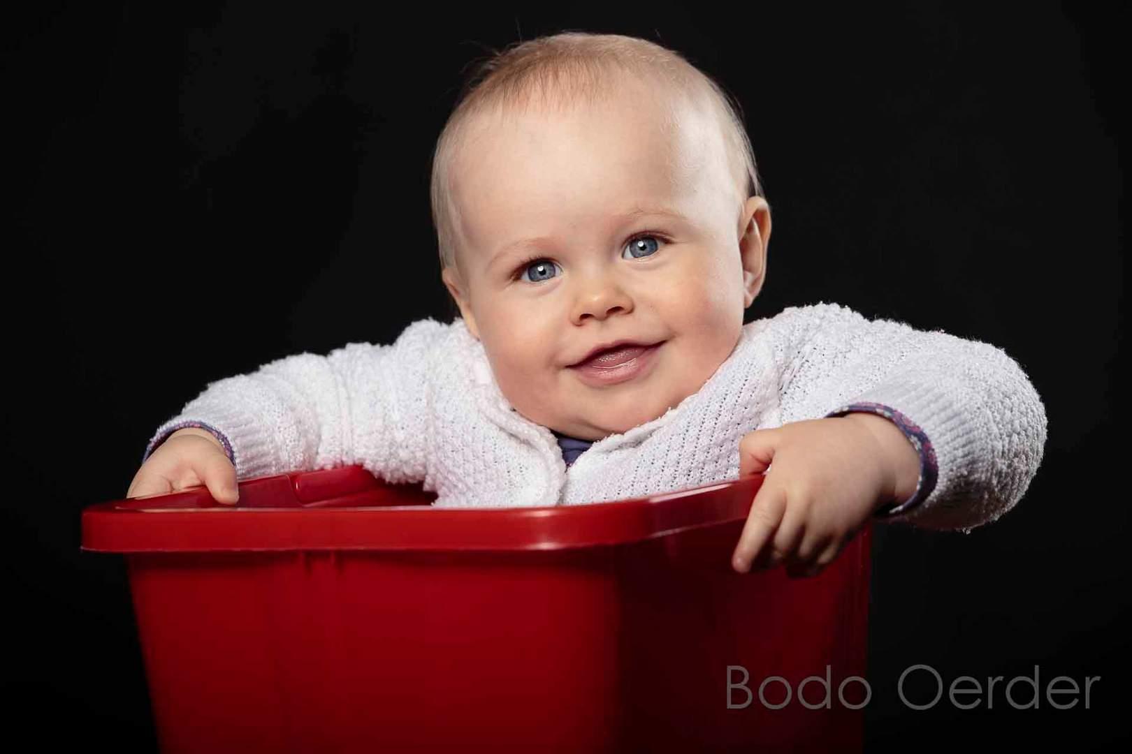 Baby im Studio in rotem Eimer