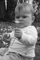 Baby mit Blume