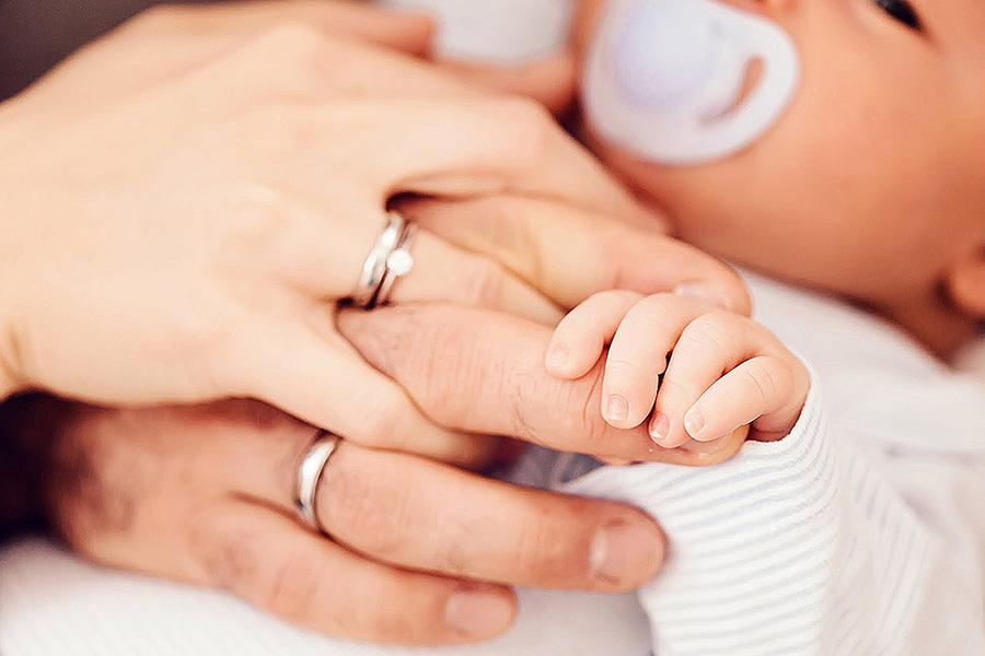 babyfotos fotograf muenchen fotoshooting guenstig neugeborenenfotos zu hause