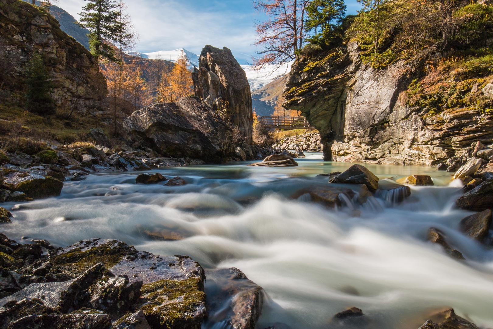 Bachlauf im schönen Tal