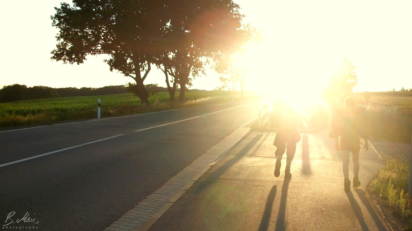 Backpacker laufen der Sonne entgegen