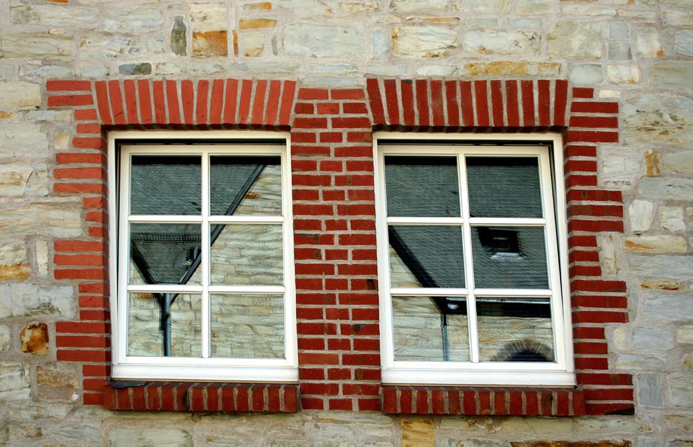 Backstein-Fenster mit Spiegelung