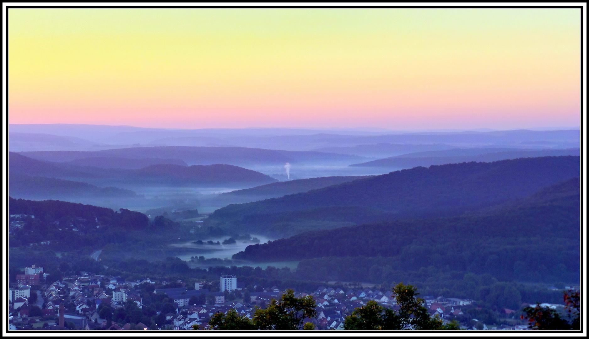 Bad Driburg im Morgennebel vor dem Sonnenaufgang