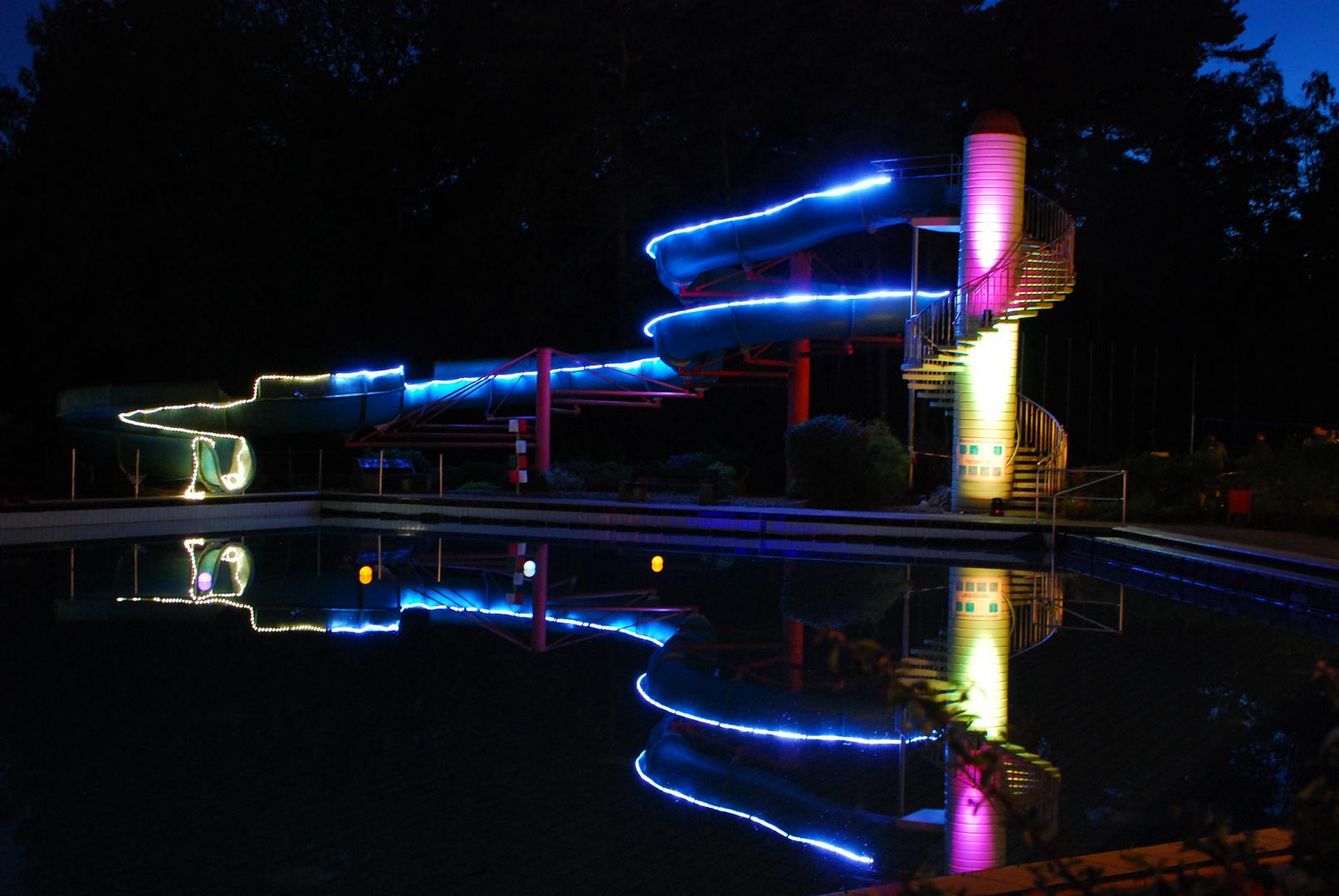 Badeanstalt bei Nacht