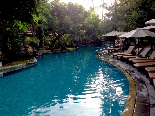 Badelandschaft im Hotelgarten auf Bali