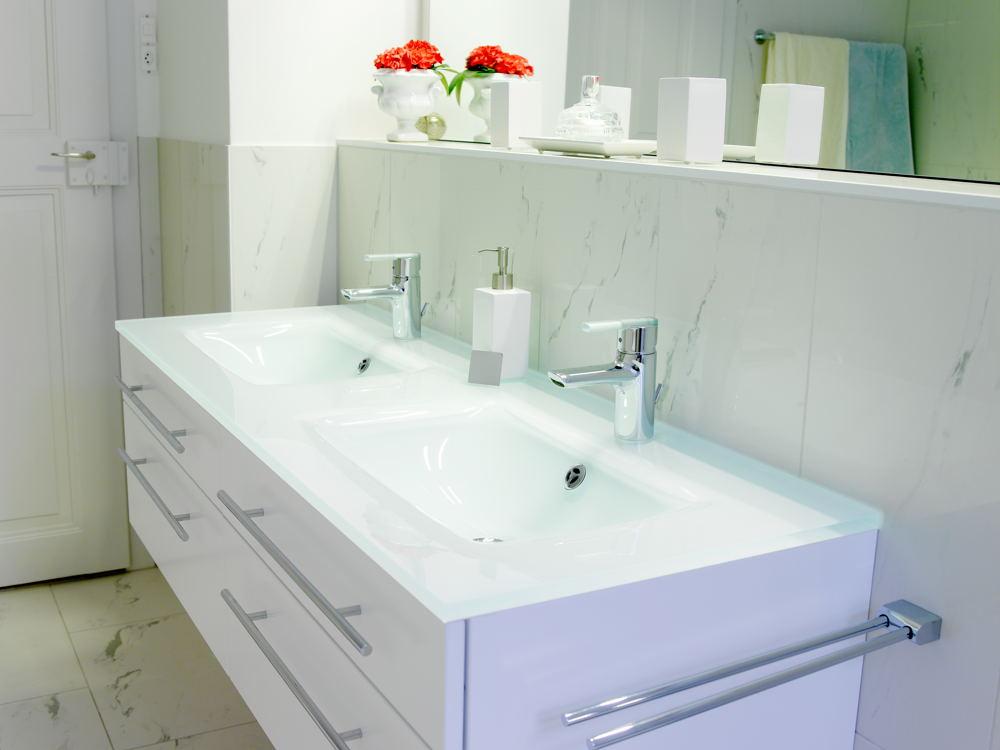 badezimmerm bel mit vsg glasabdeckung foto bild innenr ume bilder auf fotocommunity On badezimmermöbel bilder