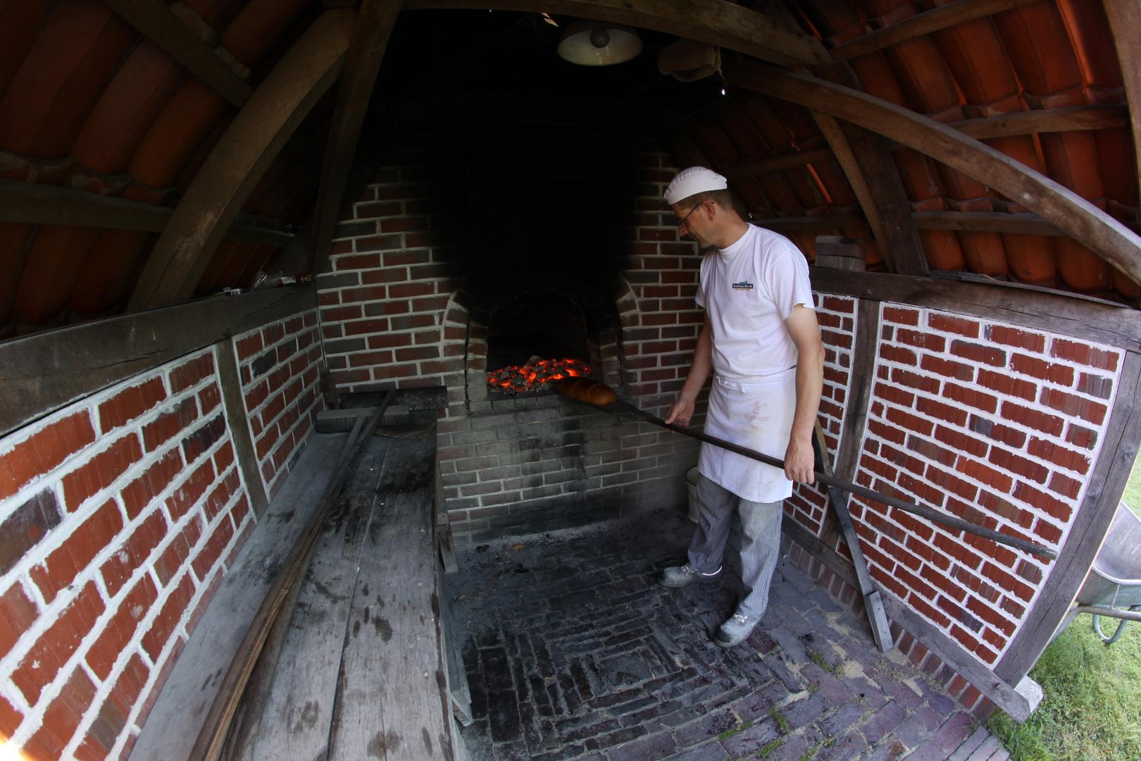 Bäcker mit altem Backofen in Ostfriesland