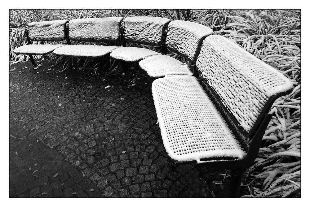 Bänke im Schnee: -3- die runde Bank