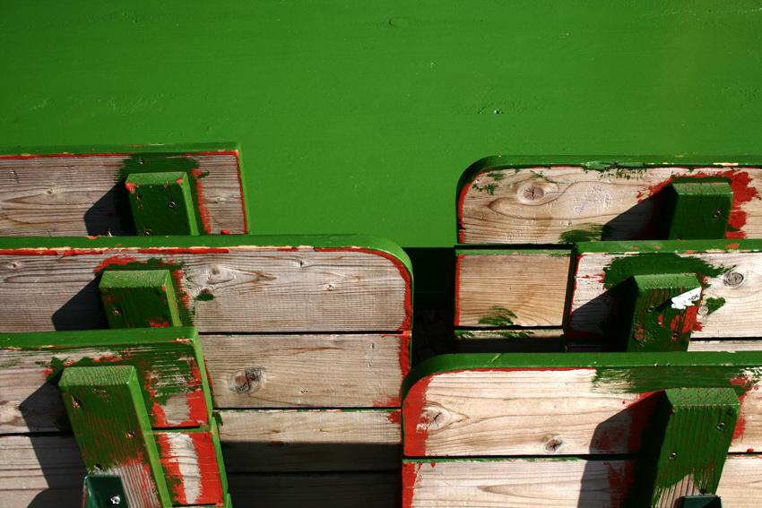 bänke mit grünem tisch