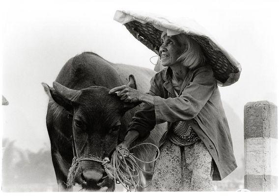 Bäuerin mit Wasserbüffel