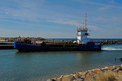 Baggerschiff bei der Einfahrt in den kleinen Hafen von Thorsminde (Midtjylland, DK)