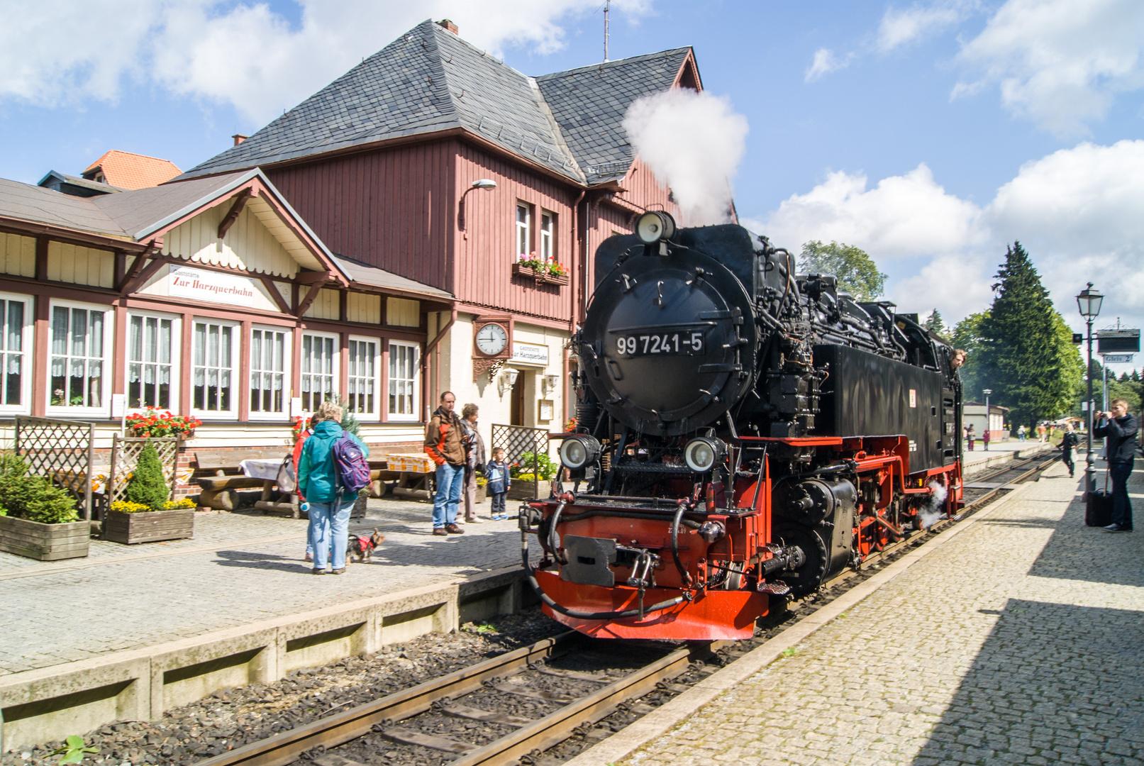 Bahnhof Drei Annen Hohne mit Durchfahrt der Lok 997241-5