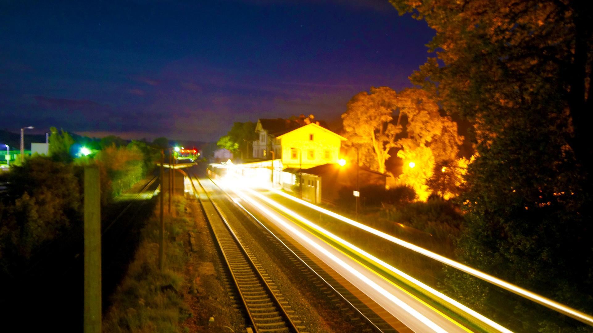 Bahnhof mit Ausfahrenden Zug
