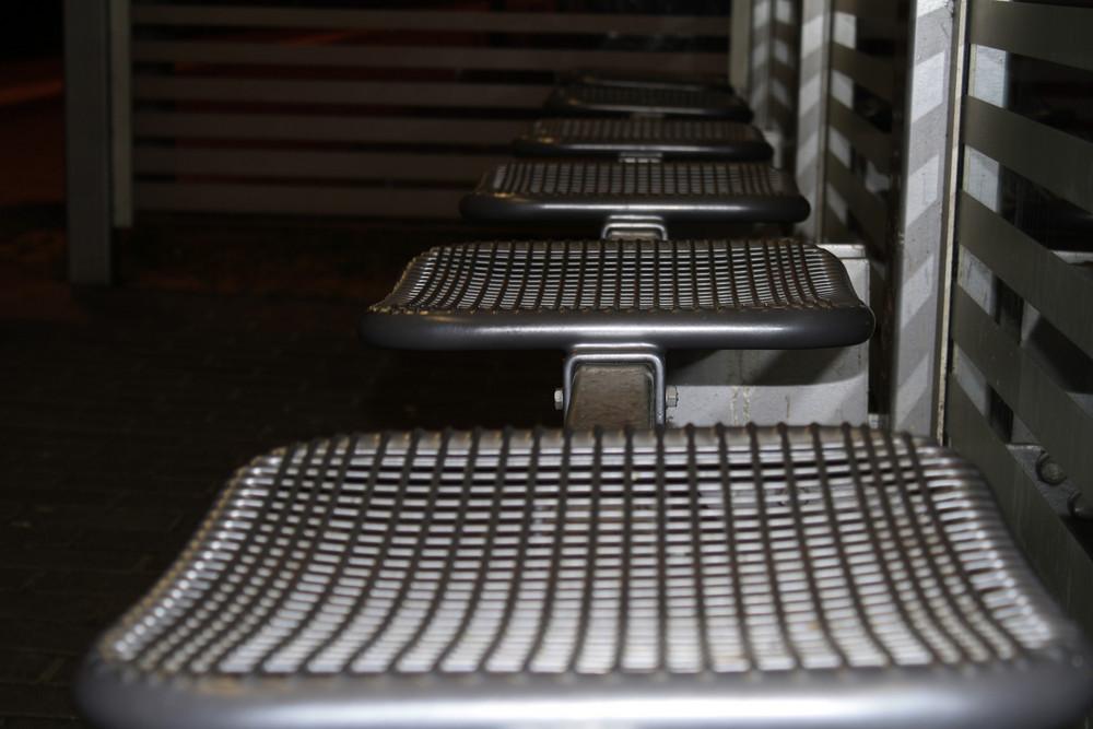 Bahnhofsbank ... ( Thema: Bänke und Sitzgelegenheiten, von M. St. )