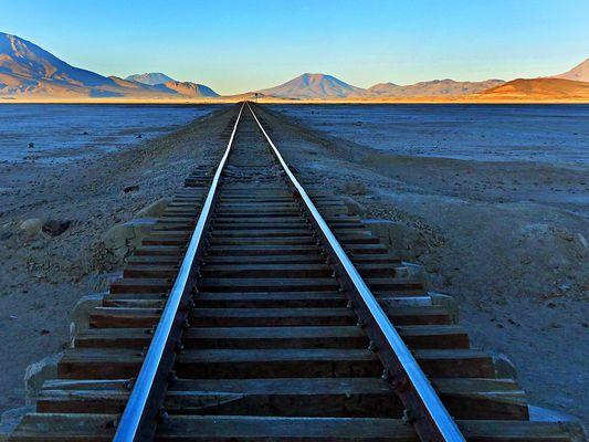 Bahnlinie in der Salzwüste