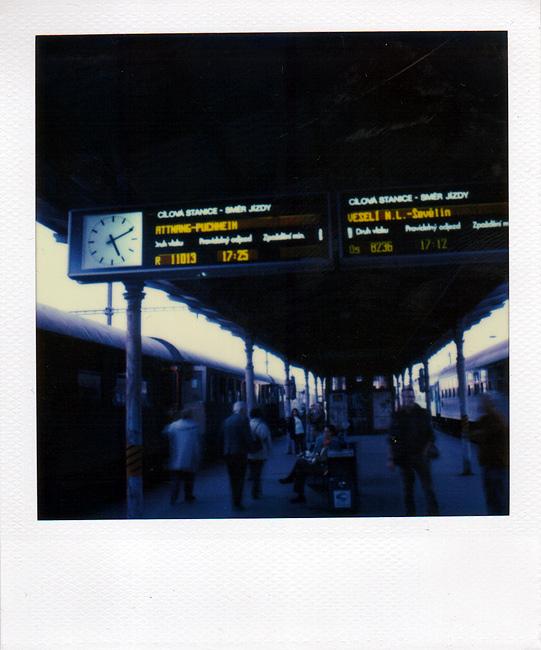 Bahnsteig mit Sonderzug-Anzeige