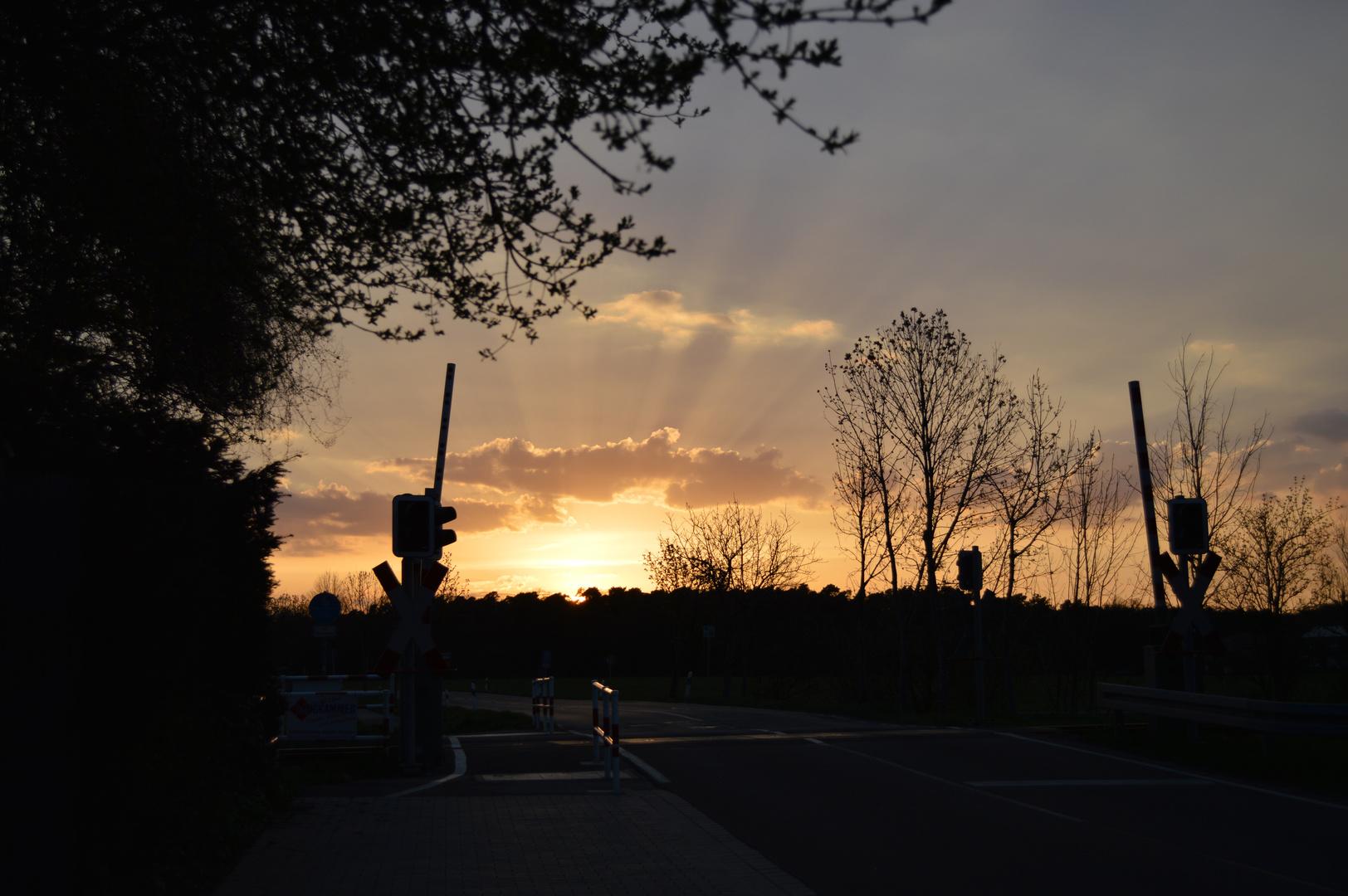 Bahnübergang bei Abendlicht