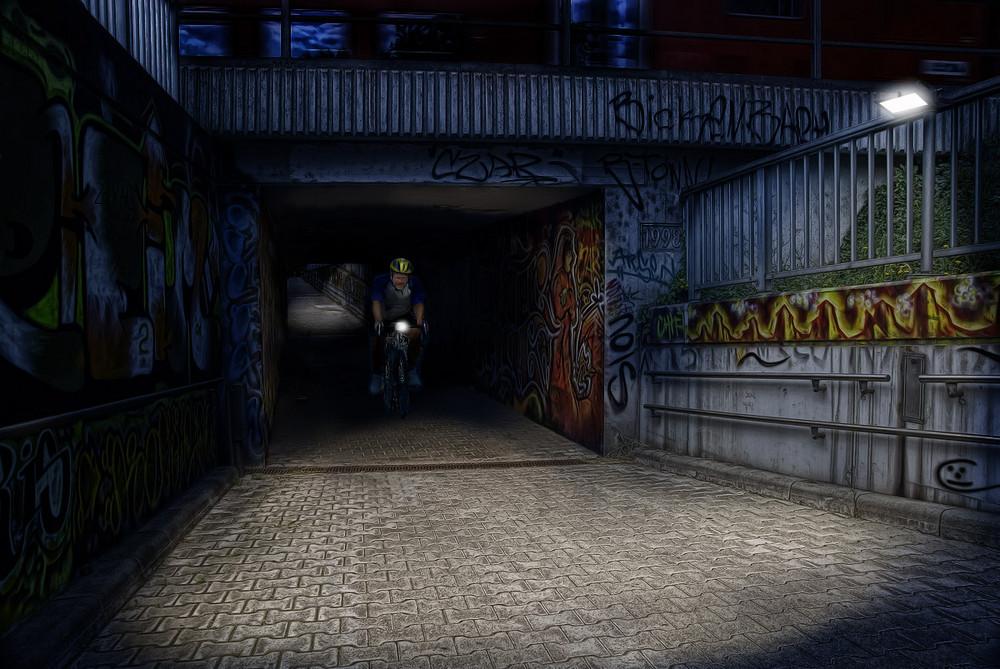 Bahnunterführung bei Nacht