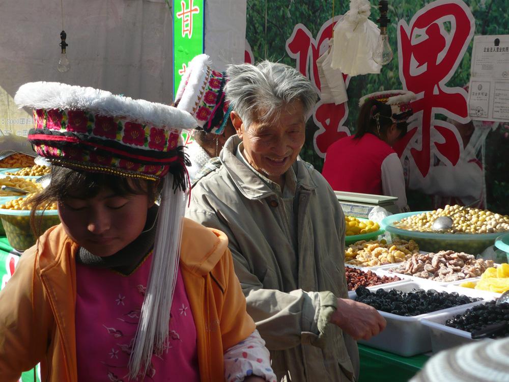 Bai-Maedchen und alter Herr