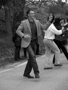 Bailando en Romeria, subiendo de espaldas