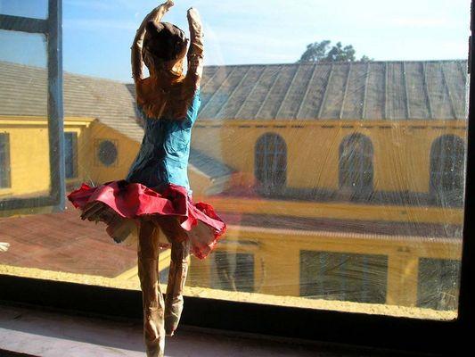 bailarina en la ventana