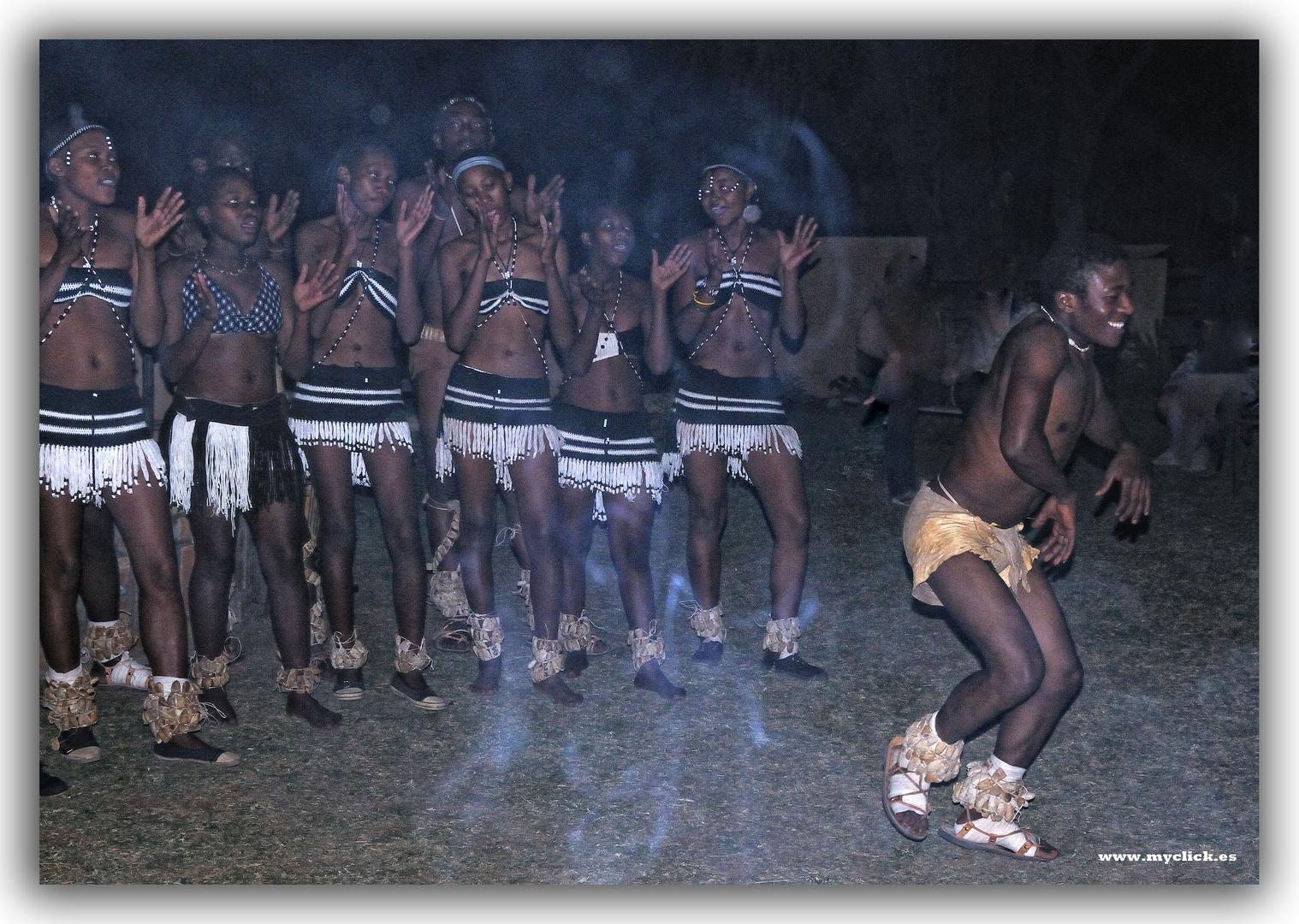 BAILE A LA LUZ DE LA HOGERA -VICTORIA FALLS -ZIMBAGUE