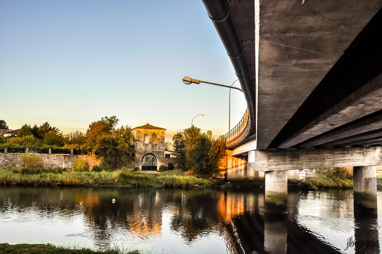Bajo el puente.