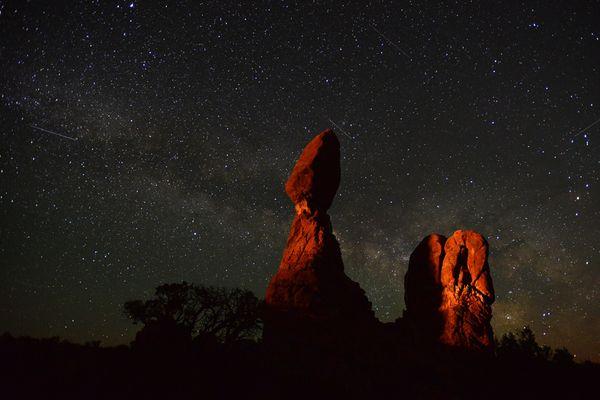 Balanced rock unter der Milchstraße