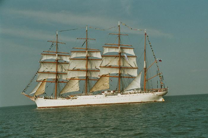 Bald unter vollen Segeln Sail 2004 Cuxhaven