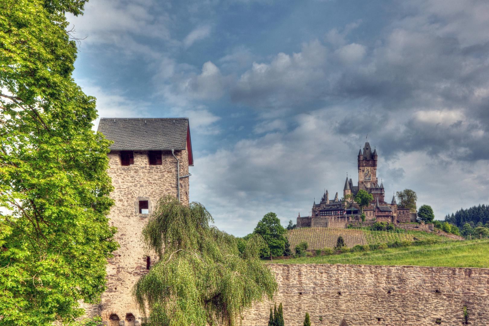 Balduinstor mit Blick auf die Reichsburg Cochem