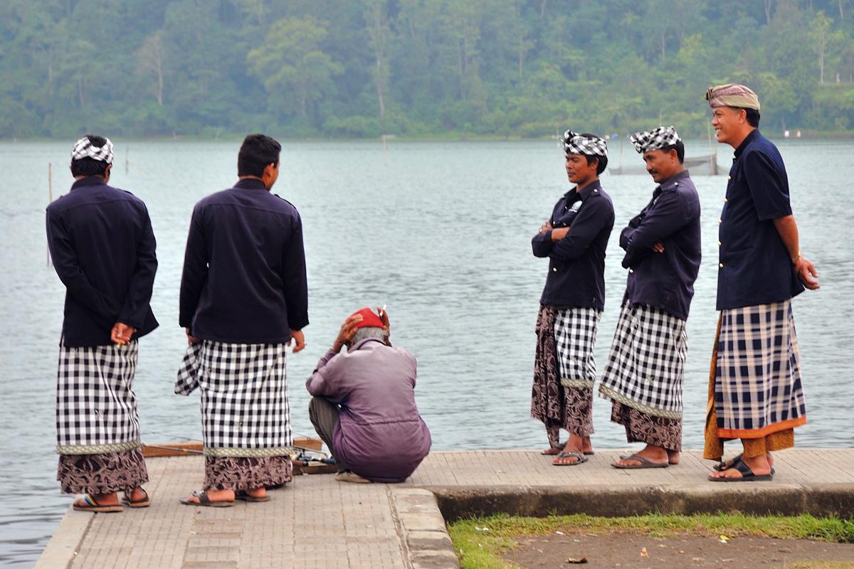 Balinese worshippers in Pura Ulun Danu Bratan