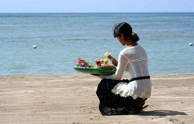 Balinesin beim morgentlichen Ritual