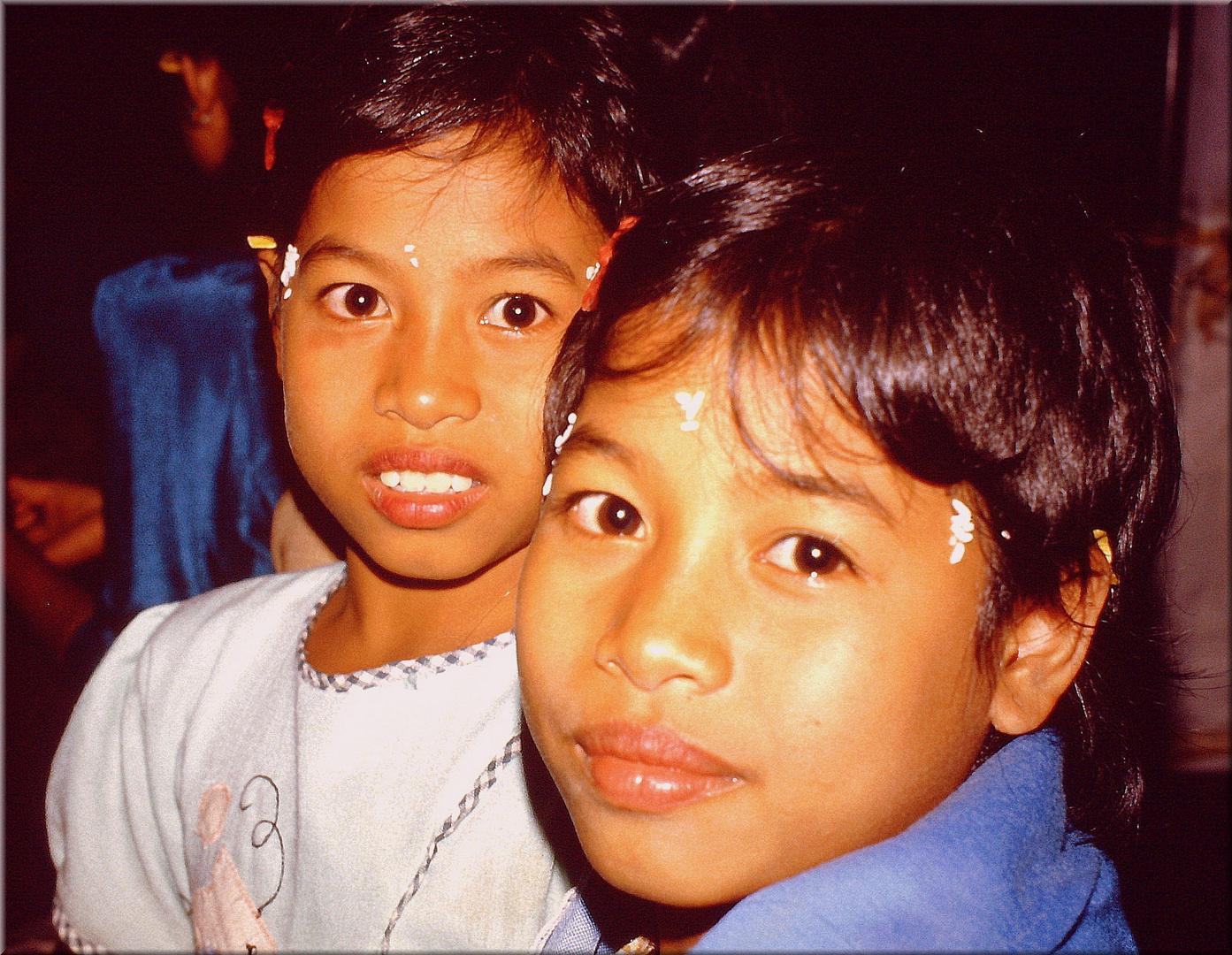 balinesische Kinder beim nächtlichen Tempelfest