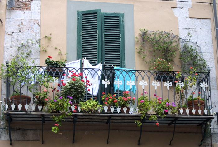 Balkon in einer Seitengasse in Pisa gesehen