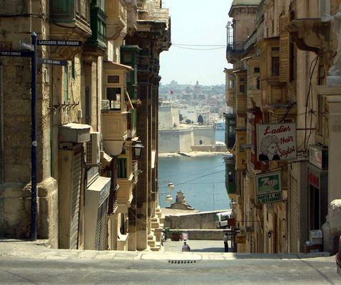 Balkone, Meer und Fort St. Elmo