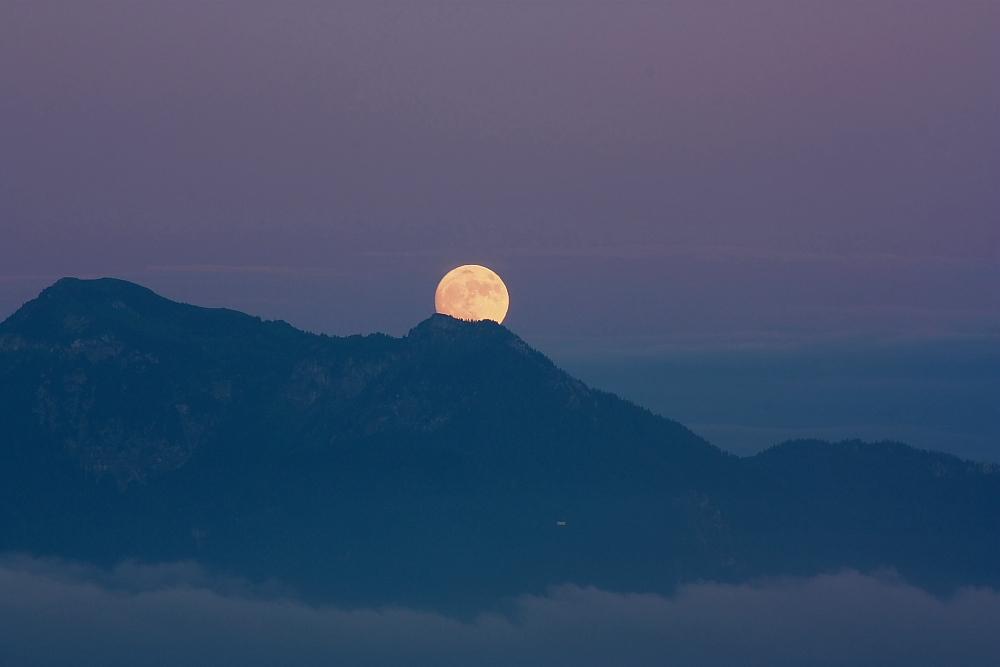 Ball auf dem Berg vergessen oder kleine weiße Kirche am Berg