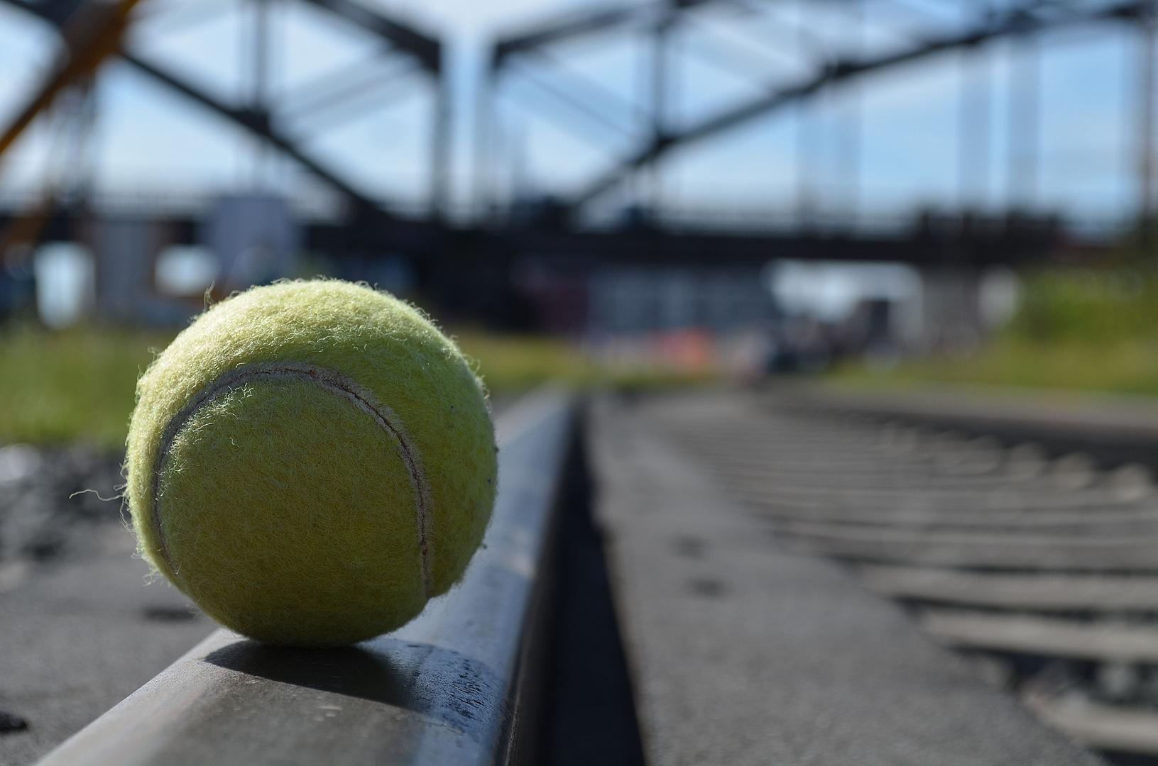 Ball auf Gleis