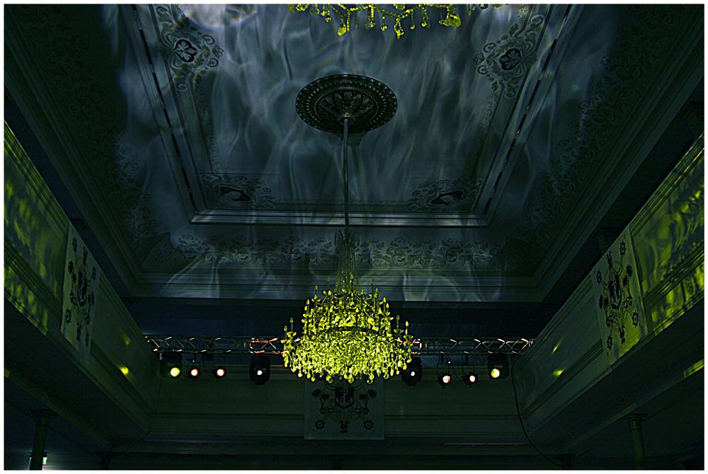 Ballsaaldecke mit Lichtpsiel