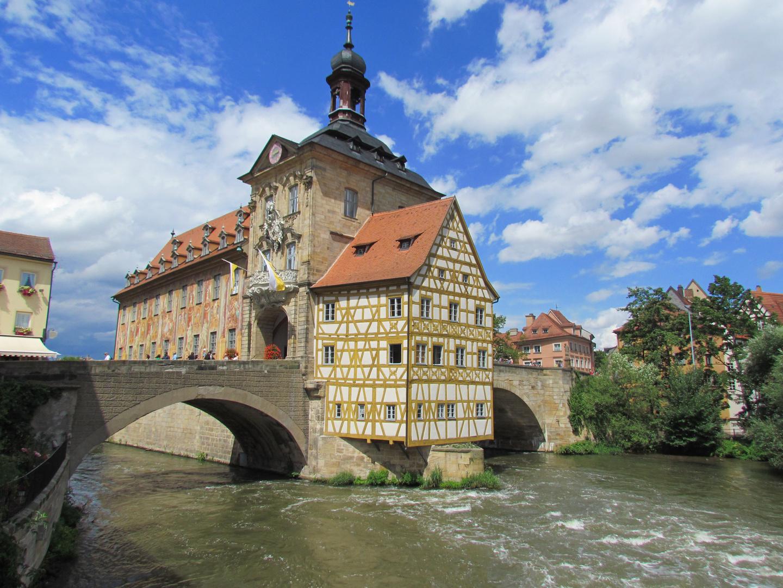Bamberger Rathaus in der Regnitz