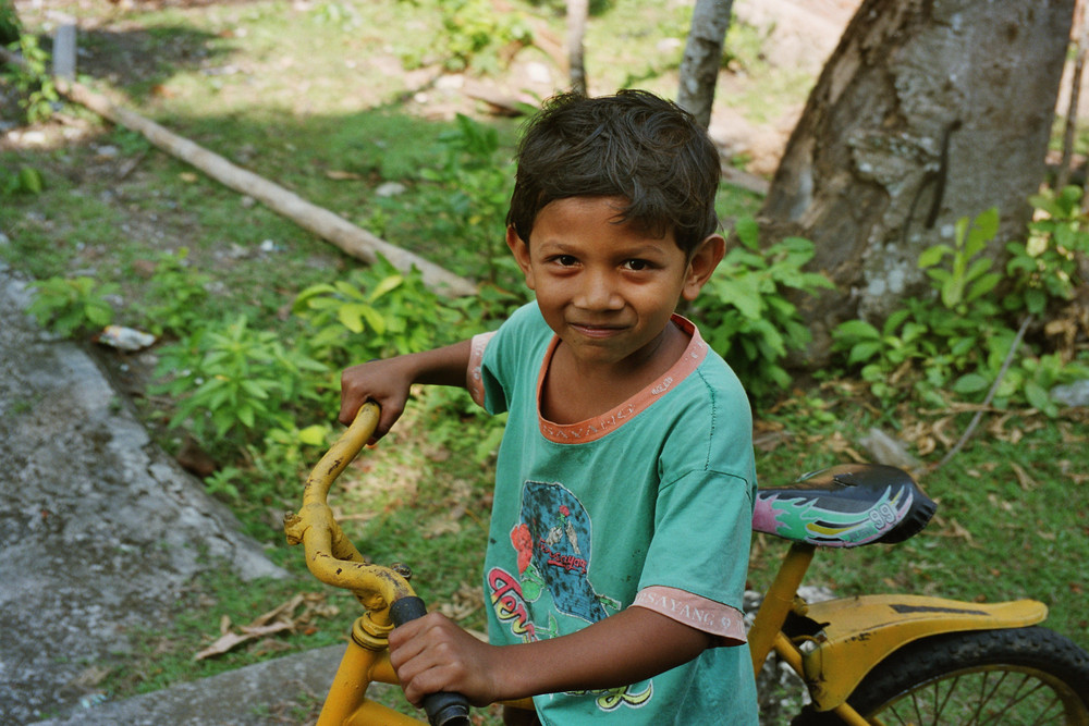 Bambino sull'isola di Sabang INDONESIA