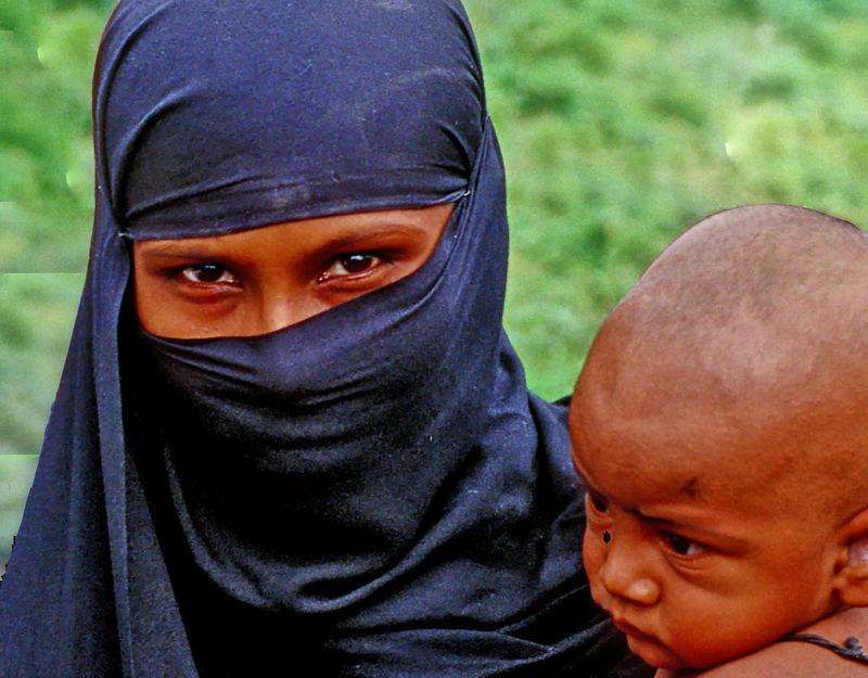 Bangladescherin verhüllt, mit Säugling