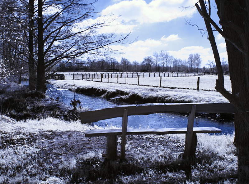 Bank am fließenden Gewässer