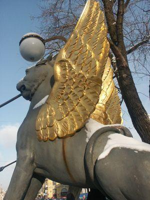Bankbruecke mit den Greifen mit goldenen Fluegeln am Gribojedovkanal