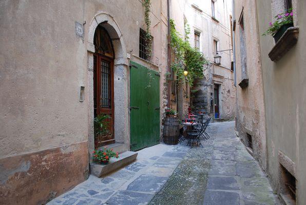 Bar al paso en una callecita de Orta, Italia
