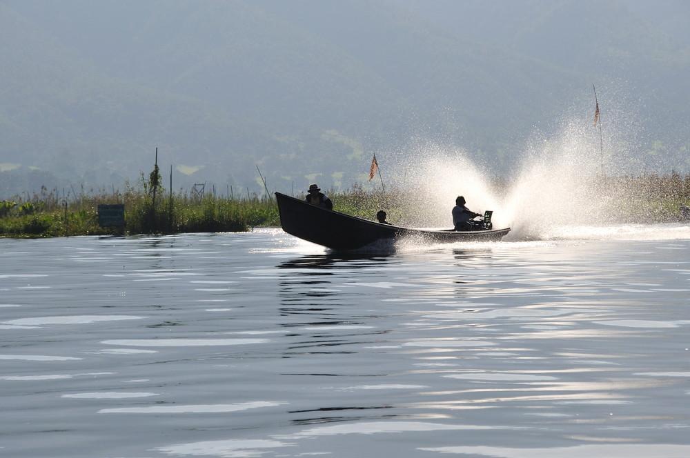 Barca bajo el agua. Lago Inle