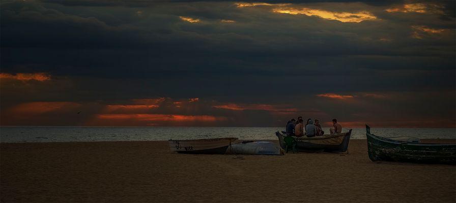 Barca de pesca, con jóvenes conversando...